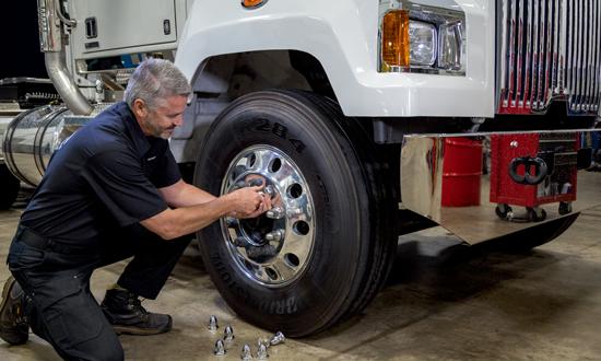 Mécanicien préposé aux camions neufs